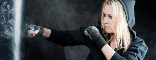 portfolio-blond-boxing-woman-in-black-punching-bag
